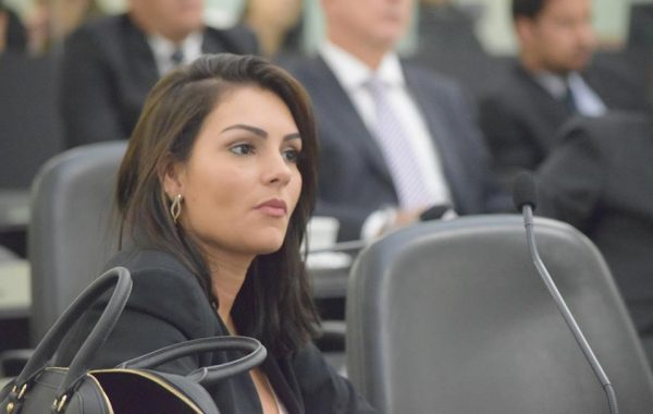 Parentes da deputada estadual Thaíse Guedes recebiam até R$ 25 mil na ALE-AL