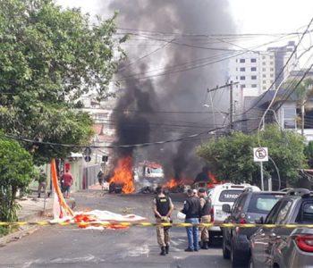 Aeronave de pequeno porte cai no meio da rua em BH e deixa três pessoas mortas