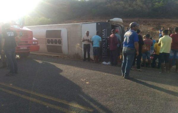 Motociclista morre e ônibus da banda 'Gatinha Manhosa' tomba no PI