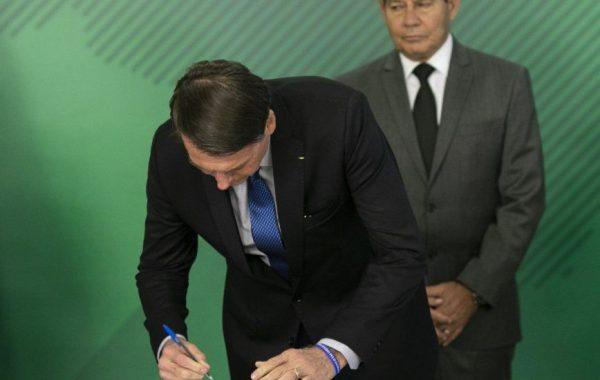 Bolsonaro assina medida contra fraudes em benefícios do INSS