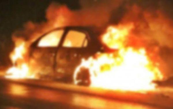 Carro pega fogo e fica completamente destruído em Palmeira dos Índios