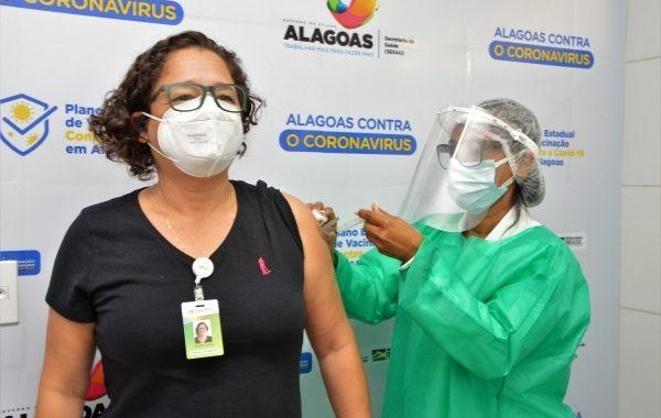 Mais de 90 mil alagoanos já foram vacinados contra a Covid-19